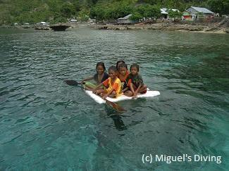 anak main air laut di Simpang Siur